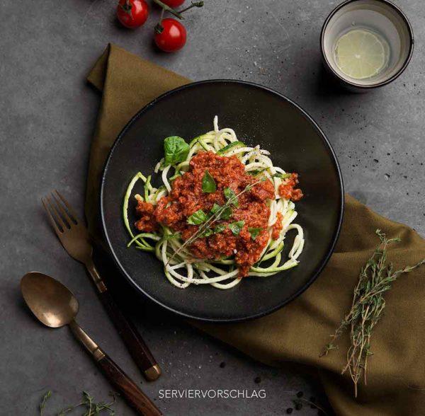 vegane Soja-Bolognese aus der Tüte als schnelles Fertiggericht mit Zuccini Nudeln
