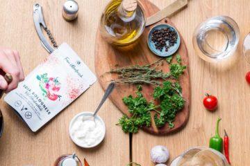 vegane und vegetarische Fertiggerichte und Suppen serviert